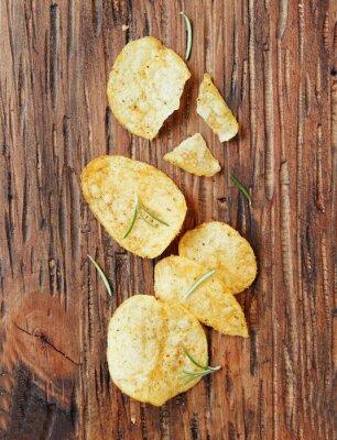 Väggdekor Chips med salt och rosmarin på träytan