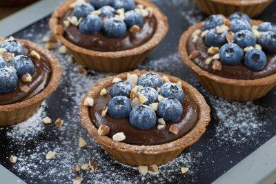 Väggdekor chokladmousse med färska blåbär och nötter i tartlets