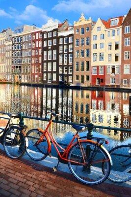 Väggdekor Cyklar längs kanaler med reflektioner, Amsterdam, Nederländerna