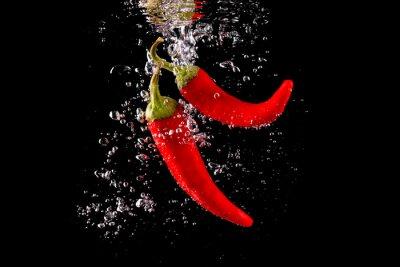 Väggdekor Czerwona papryka wpadająca do wody