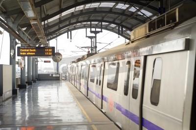 Väggdekor Delhi, Indien - 3 mars 2012: Delhi tunnelbanestationen i Delhi. Delhi Metro nätverk består av sex rader med en total längd på 189.63 kilometer (117,83 mi) med 142 stationer