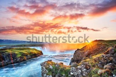 Väggdekor Den pittoreska solnedgången över landskap och vattenfall. Kirkjufell berg, Island