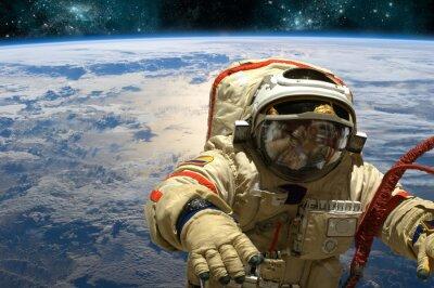 Väggdekor En kosmonautet flyter i rymden. - Delar av denna bild som tillhandahålls av NASA.