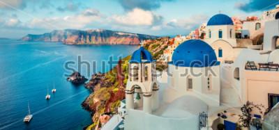 Väggdekor Fantastisk panoramautsikt över Santorini-o. Storslagen vårsoluppgång på de berömda grekiska platserna Oia, Grekland, Europa. Resande koncept bakgrund. Konstnärlig stil efter bearbetad bild.