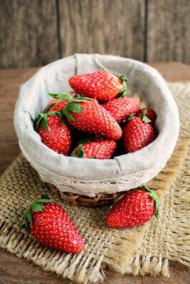 Väggdekor Färska jordgubbar på rustika träbord