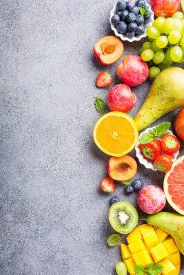 Väggdekor Färska olika frukter och bär på ljusgrå bakgrund. Färgglad ren och hälsosam ätning. Detox mat. Kopiera utrymme. Toppvy.