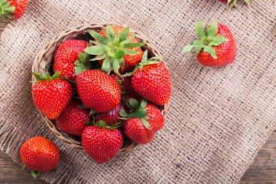 Väggdekor Färska röda jordgubbar på gammalt trä bakgrund