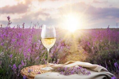 Väggdekor Flaska vin mot lavendel.