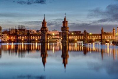 Väggdekor Floden Spree och Oberbaumbruecke i Berlin i gryningen