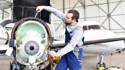 Väggdekor Fluggerätemechaniker repariert Triebwerk von Flugzeug im Hangar // arbetar reparationer motorn från flygplan i hangaren