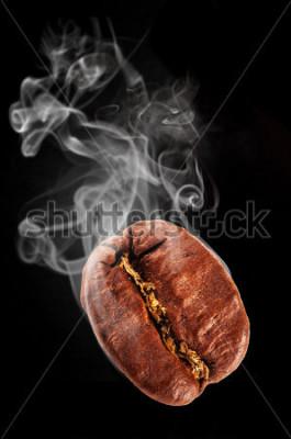 Väggdekor Flygande kaffeböna i rök, skriv på svart bakgrund