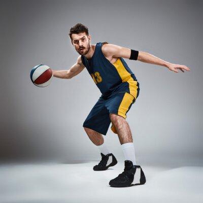 Väggdekor Full längd porträtt av en basketspelare med boll