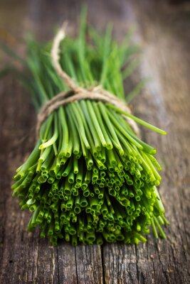 Väggdekor gäng gräslök på en trä skärbräda