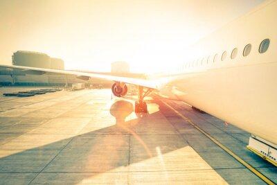 Väggdekor Generic flygplan på terminal grind redo för start - Moderna internationella flygplatsen vid solnedgången - Begreppet emotionell resa runt om i världen - Vidvinkel distorsion med förbättrad solsken lin