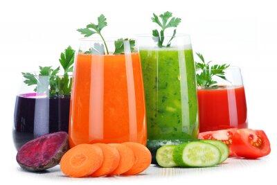 Väggdekor Glasögon med färska grönsaksjuice isolerad på vitt