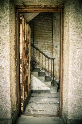 Väggdekor Grungy givna hem med dörr och trappor