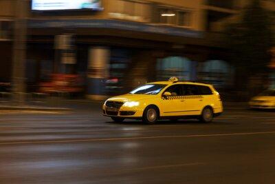 Väggdekor gul taxi rör sig på natten stadsgata