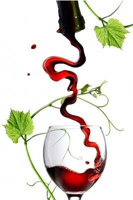 Väggdekor Hällande rött vin i glas med spö isolerad på vitt