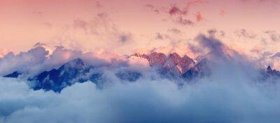 Väggdekor Hög bergskedjan i molnen under soluppgången. Vackert panorama landskap