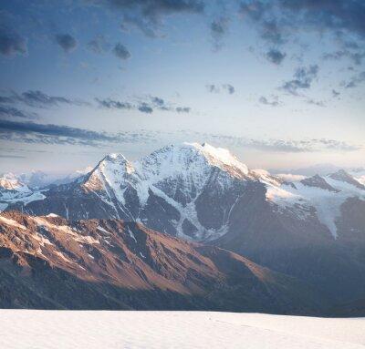 Väggdekor Hög bergstopp under soluppgången. Vackra naturen på sommaren ..