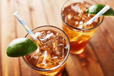Väggdekor iced sött te med limeklyftor och retro papper halm skott från vinkel tittar ner