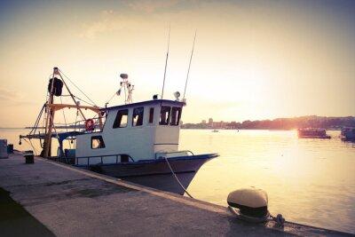 Väggdekor Industriell fiskebåt förtöjd i hamn. Tappning tonad bild