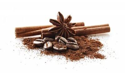 Väggdekor Insamlade kaffebönor med kaffepulver på vit