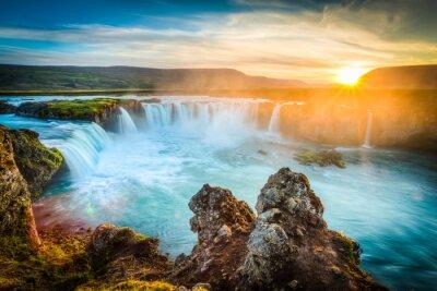 Väggdekor Island, Godafoss vid solnedgången, vackert vattenfall, lång exponering