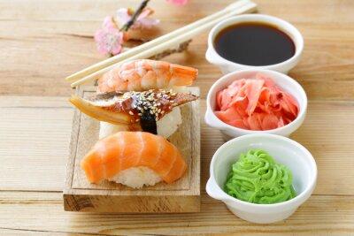Väggdekor Japansk traditionell mat sushi med lax, tonfisk och räkor