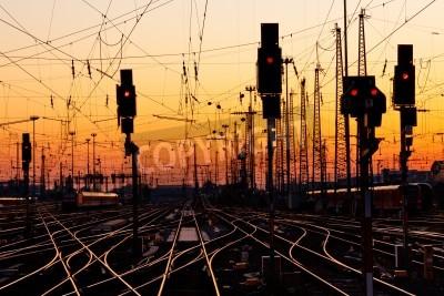Väggdekor Järnvägsspår på en stor tågstation vid solnedgången.