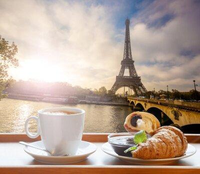 Väggdekor Kaffe med croissanter mot Eiffeltornet i Paris, Frankrike