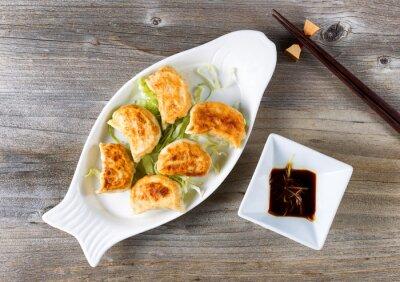 Väggdekor Kinesiska stekta dumplings skålen med doppa sås redo att äta