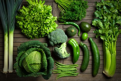 Väggdekor Komposition de légumes uniquement verts sur une bord en bois