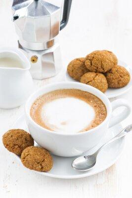 Väggdekor kopp cappuccino och macaroons på vitt träbord