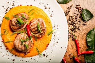 Väggdekor Kryddig kött friterad kyckling och nötkött med sås och örter i thailändska recept från kocken