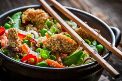Väggdekor Kyckling med sesam med grönsaker och nudlar