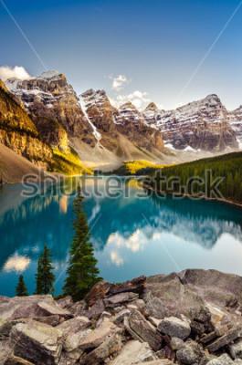 Väggdekor Landskapsutsikt av Moraine Lake och bergskedja vid solnedgången i Kanadensiska Rocky Mountains