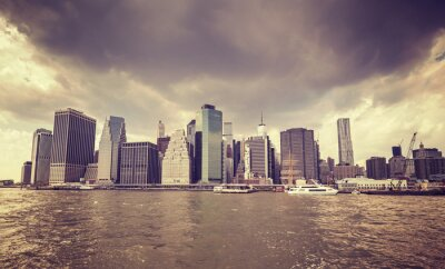 Väggdekor Lila gammal film stiliserade regniga moln över Manhattan vattnet, NYC.