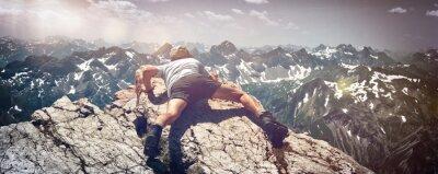Väggdekor Man förvränga över stenar på Mountain Ledge