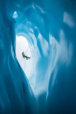 Väggdekor Man Rappelling tidigare öppnandet av blå isgrotta på Matanuska Glacier, Alaska