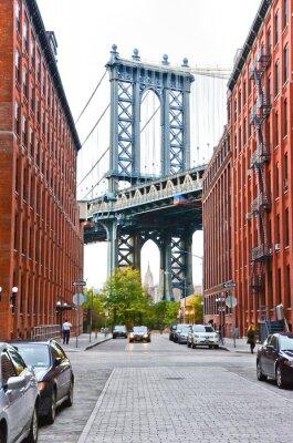 Väggdekor Manhattan Bridge sedd mellan byggnader i New York