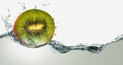 Väggdekor Mogen frukt av kiwi och gnistor vatten.