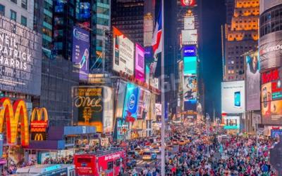 Väggdekor NEW YORK CITY - 8 juni 2013: Turister i Times Square på natten. Mer än 50 miljoner människor besöker New York varje år.