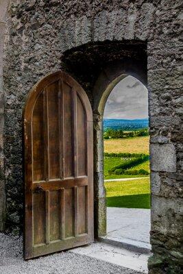 Väggdekor Offenes schweres Tor mit Blick auf Irische Landschaft
