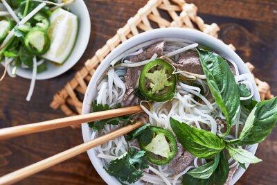 Väggdekor overhead bild av att äta vietnames nötkött pho