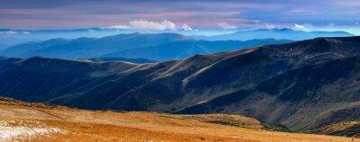 Väggdekor Panoramautsikt över höst berg och toppar täckta med den första snön vid solnedgången.