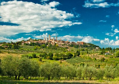 Väggdekor Panoramautsikt över San Gimignano med vingårdar, en av de trevligaste byarna i Italien