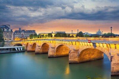 Väggdekor Paris. Bild av Pont Neuf, den äldsta stående bro över floden Seine i Paris, Frankrike.