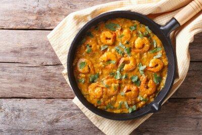 Väggdekor Räkor i currysås i pannan. horisontell vy ovanifrån