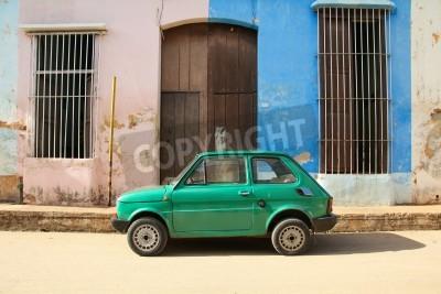 Väggdekor Remedios, Kuba - 20 februari: Gammal polsk bil Fiat 126 den 20 februari 2011 i Remedios, Kuba. Ny förändring i lagen tillåter kubaner att handla bilar. Bilar på Kuba är mycket gamla på grund av den ga